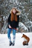 Bella ragazza con la volpe rossa sulla passeggiata Immagine Stock