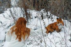 Bella ragazza con la volpe rossa sulla passeggiata Immagini Stock