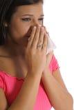 Bella ragazza con le allergie che starnutisce immagine stock libera da diritti