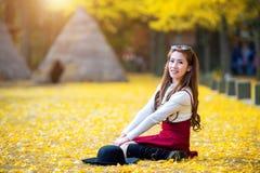 Bella ragazza con le foglie di giallo in Nami Island immagine stock