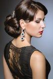 Bella ragazza con le labbra rosse in vestiti neri sotto forma di retro Fronte di bellezza Fotografia Stock