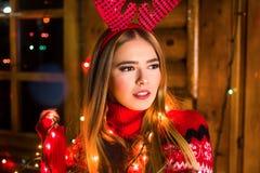 Bella ragazza con le luci festive fotografie stock libere da diritti