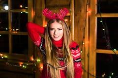 Bella ragazza con le luci festive immagini stock libere da diritti