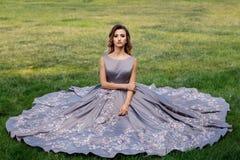 Bella ragazza con le rose Bellezza Woman Face di modello Pelle perfetta immagine stock