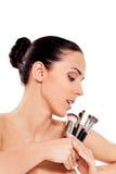 Bella ragazza con le spazzole di trucco Isolato su bianco Fotografie Stock Libere da Diritti