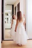 Bella ragazza con lo specchio nel fondo Immagine Stock