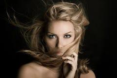 Bella ragazza con molti capelli Fotografia Stock