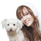 Bella ragazza con pelle perfetta e un cane Fotografie Stock