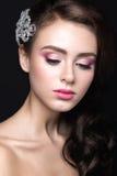 Bella ragazza con pelle perfetta, le labbra rosa ed i riccioli Fronte di bellezza fotografia stock libera da diritti