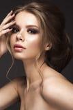 Bella ragazza con pelle perfetta, uguagliante trucco, acconciatura di nozze Fronte di bellezza fotografie stock
