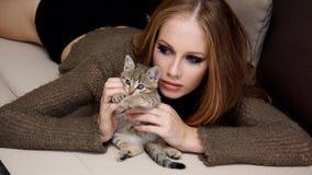 Bella ragazza con piccolo gattino Immagini Stock Libere da Diritti