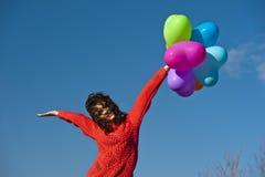Bella ragazza con pochi palloni sotto forma di cuore Fotografia Stock