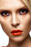 Bella ragazza con trucco colorato luminoso e le labbra arancio Fronte di bellezza immagini stock