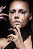Bella ragazza con trucco creativo nello stile gotico ed i fili degli occhi Fronte di bellezza di arte Fotografie Stock Libere da Diritti