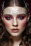 Bella ragazza con trucco perfetto di arte e le perle della perla Fronte di bellezza immagini stock