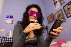Bella ragazza con trucco professionale con una lecca-lecca variopinta Fotografia Stock