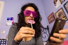 Bella ragazza con trucco professionale con una lecca-lecca variopinta Fotografia Stock Libera da Diritti