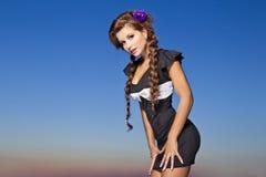 Bella ragazza con trucco in una fucilazione esterna Fotografie Stock Libere da Diritti