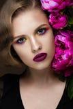 Bella ragazza con trucco variopinto, fiori, retro acconciatura Fronte di bellezza fotografia stock libera da diritti