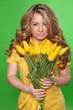 Bella ragazza con Tulip Flowers sopra fondo verde. Bellezza Fotografie Stock Libere da Diritti