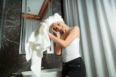 Bella ragazza con un asciugamano sulla sua testa fotografia stock