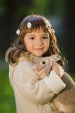 Bella ragazza con un coniglio nel legno Fotografie Stock Libere da Diritti