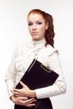 Bella ragazza con un dispositivo di piegatura nero Fotografie Stock