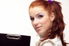 Bella ragazza con un dispositivo di piegatura nero Fotografia Stock