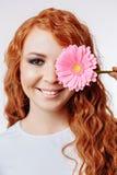 Bella ragazza con un fiore fotografia stock libera da diritti
