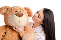 Bella ragazza con un grande orsacchiotto. Fotografie Stock