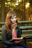 Bella ragazza con un libro Fotografia Stock Libera da Diritti
