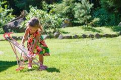 Bella ragazza con un sidecar nel giardino immagine stock