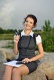Bella ragazza con un taccuino e un calcolatore fotografia stock libera da diritti