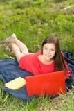 Bella ragazza con un taccuino in parco Fotografie Stock Libere da Diritti