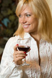 Bella ragazza con un vetro di vino Fotografie Stock Libere da Diritti