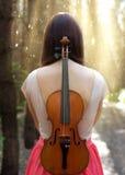 Bella ragazza con un violino nella foresta Fotografia Stock Libera da Diritti