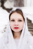 Bella ragazza con una bandana bianca sulla sua testa Fotografie Stock