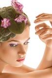 Bella ragazza con una corona dei fiori Immagini Stock Libere da Diritti