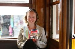 Bella ragazza con una guida di corsa Fotografie Stock Libere da Diritti