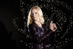 Bella ragazza con una pistola in sua mano Fotografie Stock