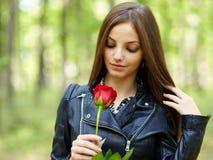 Bella ragazza con una rosa Fotografie Stock Libere da Diritti