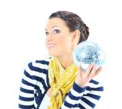Bella ragazza con una sfera dello specchio Immagini Stock