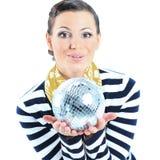 Bella ragazza con una sfera dello specchio su un fondo bianco Immagine Stock