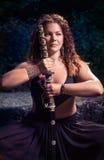 Bella ragazza con una spada fotografie stock