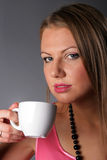 Bella ragazza con una tazza di caffè Immagini Stock Libere da Diritti