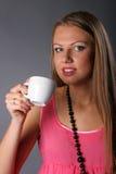 Bella ragazza con una tazza di caffè Fotografia Stock Libera da Diritti