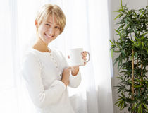 Bella ragazza con una tazza di mattina Fotografie Stock Libere da Diritti