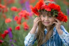 Bella ragazza in corona del papavero nel campo del papavero serie fotografie stock