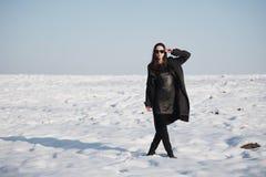 Bella ragazza da solo nel campo di inverno fotografie stock libere da diritti