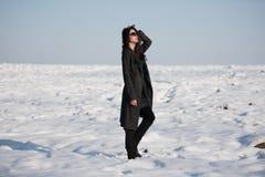 Bella ragazza da solo nel campo di inverno immagini stock